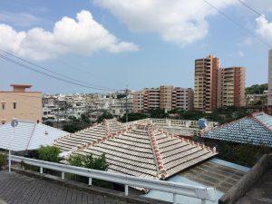 沖縄市の古民家民宿ごーやー荘の周辺は下町風情の町並み。下町散歩で観光地とは違った沖縄旅行を楽しむ。