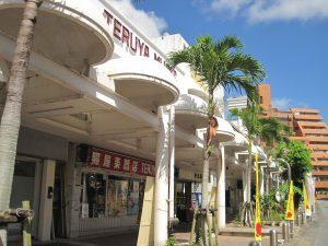 沖縄市の古民家民宿ごーやー荘から近いコザ・ゲート通りや中央パークアベニュー。観光地とは違った沖縄の町並みを楽しむ。