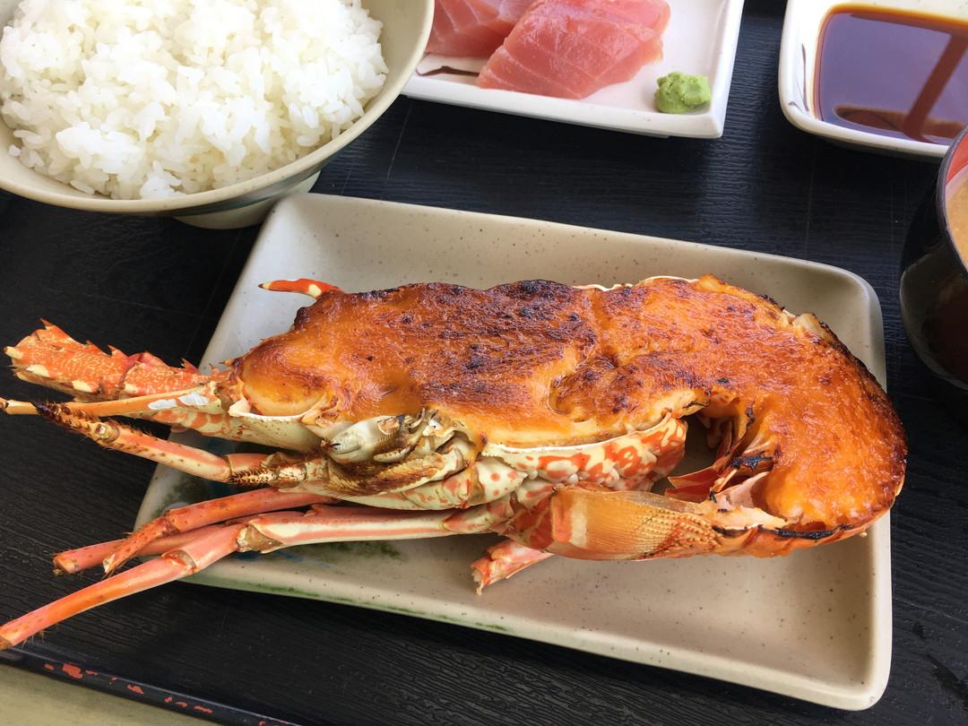 観光客が驚く 豪快な沖縄海産物料理「イセエビウニソース焼き」をご家庭で。誕生日・入学式などに。材料を通販発送いたします。